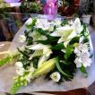 白菊とオリエンタルユリの長持ちお供えホワイト系花束