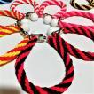 赤系の柔らかめ編み込みティーホルダー!テルテル坊主型タオルの専用ひもで4本のカラーゴムを編み込んでいて使い方は自由!