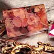 【FRUTTI】ひとめ惚れ続出のAliceレザーで仕立てる名刺ケースJolly Alice(ジョリー アリス) ピンク エナメル 花模様