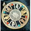ペンダント マントラ ヤントラ インド アクセ オンマニペメフムの真鍮ペンダントトップ(大)(革紐付き) ネパール トライバル ネックレス