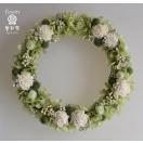 白と緑のお花で、ドライフラワーリース