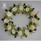 白のプチフラワーにグリーン系の小花、ナチュラルな仕上がりのドライフラワーリース