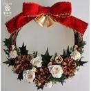 赤いリボンとベルのクリスマスリース、ヒイラギの葉に松ぼっくり