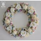 白いバラにピンクと水色のお花で、優しい色合いのプリザーブドフラワーリース