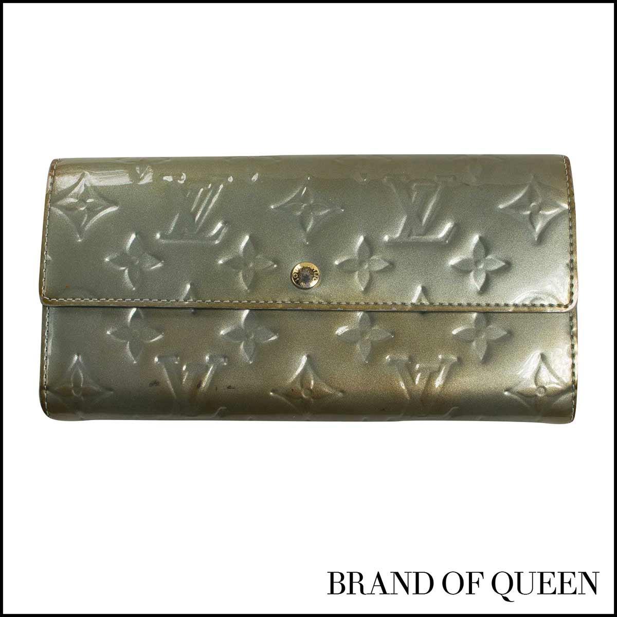 4e6071aed066 モノグラムが型押しされたエナメル素材で、フェミニンでエレガントな印象のモノグラム ヴェルニの財布です。
