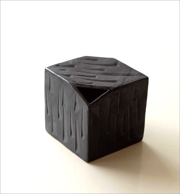 黒釉しのぎさいころ花入れ(4)