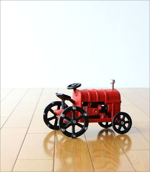 赤いトラクターのオブジェ(4)