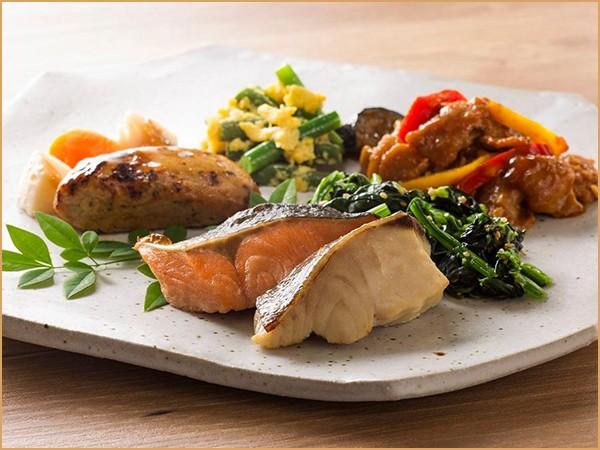 気くばり御膳パワーデリ 2種の魚の粕漬け焼きと豚の味噌炒めプレート