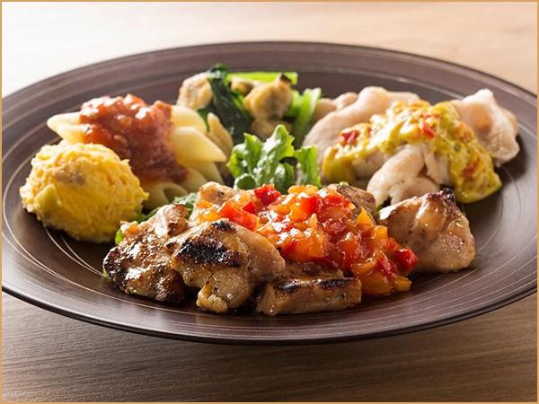 気くばり御膳パワーデリ 炭火焼チキンのサルサ風ソース&豚肉のカレーソースプレート(380kcal)