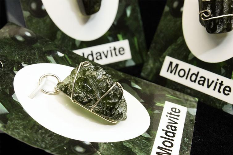 モルダバイト原石ペンダント