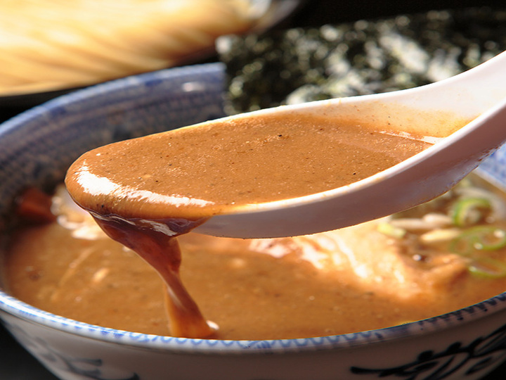 20時間煮込んだ最強の特濃豚骨魚介スープ