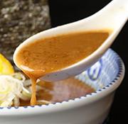長時間じっくり煮込んだ超濃厚豚骨魚介スープ