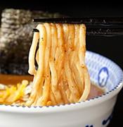 特注の国産小麦粉を使用した自家製極太ストレート麺