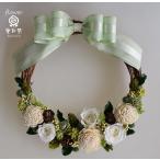 ショッピングリース 白いバラ、白いソーラフラワー、緑と茶の木の実や小花のプリザーブドフラワーリース