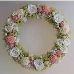 ショッピングリース 白いバラとピンクのソーラーフラワー、淡いグリーンのアジサイのプリザーブドフラワーリース