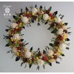 白いお花と木の実のカラフルなドライフラワーリース