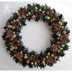 クリスマスリース、ヒイラギの葉と松ぼっくりに赤い実、赤いリボン、葉はプリザーブド加工