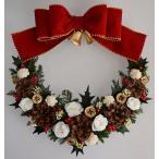 赤いリボンのクリスマスリース プリザーブドフラワー 白いバラ ベル ヒイラギの葉に松ぼっくり 27cm ギフト プレゼント 誕生日 開店祝 引越し祝