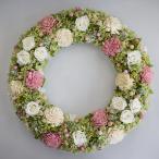淡いグリーンのアジサイ、白バラ、ソーラーフラワー、ライスフラワーなど、お花いっぱいのプリザーブドフラワーリース