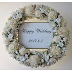 ブライダルカラーの白、結婚式のウェルカムリース
