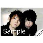 知念侑李&有岡大貴(Hey!Say!JUMP) 公式生写真/有岡衣装黒×白・カメラ目線・背景ベージュ