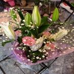 ボリュームのあるカサブランカと可愛らしいピンクのバラとカスミソウがいっぱいの花束にメッセージを添えて贈り物に!