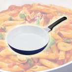 食材が見やすく熱回りがいい京セラのセラミックフライパン