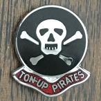 トンナップ パイレーツ ピンバッジ TON-UP PIRATES Pin ジョリー ロジャー 海賊旗 スカル 骸骨 髑髏 ドクロ ピンズ バイカー カフェレーサー Cafe Racer