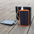 モバイルバッテリー ソーラー充電器 8000mahスマートフォン充電器 折り畳み式 折りたたみ ソーラーパネル 大容量 携帯用 コンパクト 小型 薄型