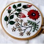 フランス刺繍キット 赤い花と白い花 プラスチック製の枠付き 初心者 初級