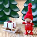 NORDIKA ノルディカ 木製ニッセ人形-プレゼントをひいたコートの女の子
