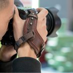 一眼レフ カメラ用 ハンドストラップ 合成皮革 レザー風 グリップストラップ カメラグリップ ベルト 落下防止 しっかり 手首を完全固定 紐による長さ調節できる
