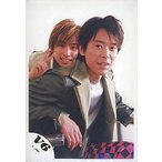 中古生写真(ジャニーズ) V6/三宅健・坂本昌行/膝上・座り・三宅右手ピース・背景白/公式生写真