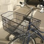 アタッシュケースも入る幅の広い自転車かご。通勤やお買い物に。
