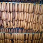 オリジナルスパイスで味付し、桜チップで スモークした豚肉100%使用の 荒挽きポークウィンナーです。 1本当たり長さ約6cm...