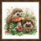 RIOLISクロスステッチ刺繍キット No.1469 「Hedgehogs in Lingonberries」 (コケモモとハリネズミ) 【海外取り寄せ/納期1〜2カ月】