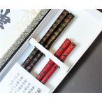 お祝いやお返しの贈り物として、津軽塗の箸を二膳セットにして箱に入れてお届けいたします。