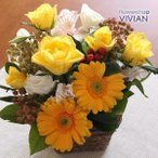 送料無料 バラと季節のお花をおまかせでボリュームたっぷり!