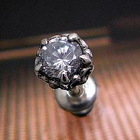 シャープな5つの爪が5角の星のように輝くシルバーピアスです。中央にセットされているのはダイヤモンドの...