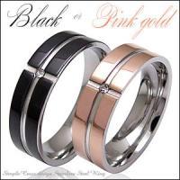 細身のステンレスリングを光沢が美しいブラックとピンクゴールドにコーティングしました。指輪の中央には一...