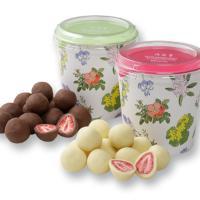 完熟苺のみを使用したフリーズドライ苺の酸味と、ホワイト、ミルクチョコレートの甘みが絶妙な組み合わせで...