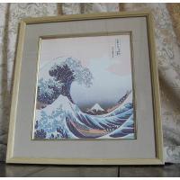「ビッグウェーブ」と呼ばれ、世界的にも有名な北斎の代表作。大胆に誇張された浪の「動き」と、その波間か...