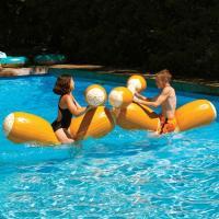 【海・プールでの遊び・ゲームグッズ】 丸太の浮き輪に乗って落とし合い をする、プールでの遊具・おもち...