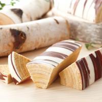 ミルクチョコレートとホワイトチョコレートのコーティングで、白樺をイメージした柳月のロングセラー商品「...