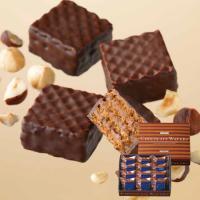 サクサクのウエハースが4層重ね、ヘーゼルナッツクリームをサンド。 仕上げは、甘さを抑えたチョコレート...