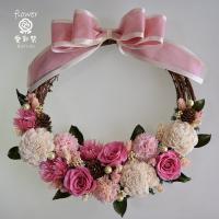 ピンクのバラのプリザーブドフラワーリース 白いお花と緑の実でやさしい色合い ギフト プレゼント 誕生日