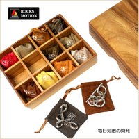 木製ボックスに収まったお洒落な知恵の輪セット。ギフトにも最適。一つ一つが巾着袋に入っているからその日...