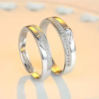 リングを合わせるとハート形になるデザイン★小粒のスワロフスキーがライン状に並んでシンプルで素敵な指輪...