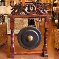 船の出航の合図や、舞台音楽などに広く使われるゴング。 打楽器の一つで、銅鑼(どら)とも呼ばれています...