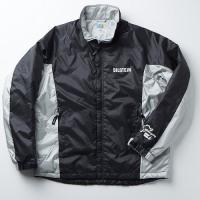 腕のロゴとシルバーのラインがポイントのコートは、中綿に吸湿発熱性に優れた特殊素材使用。